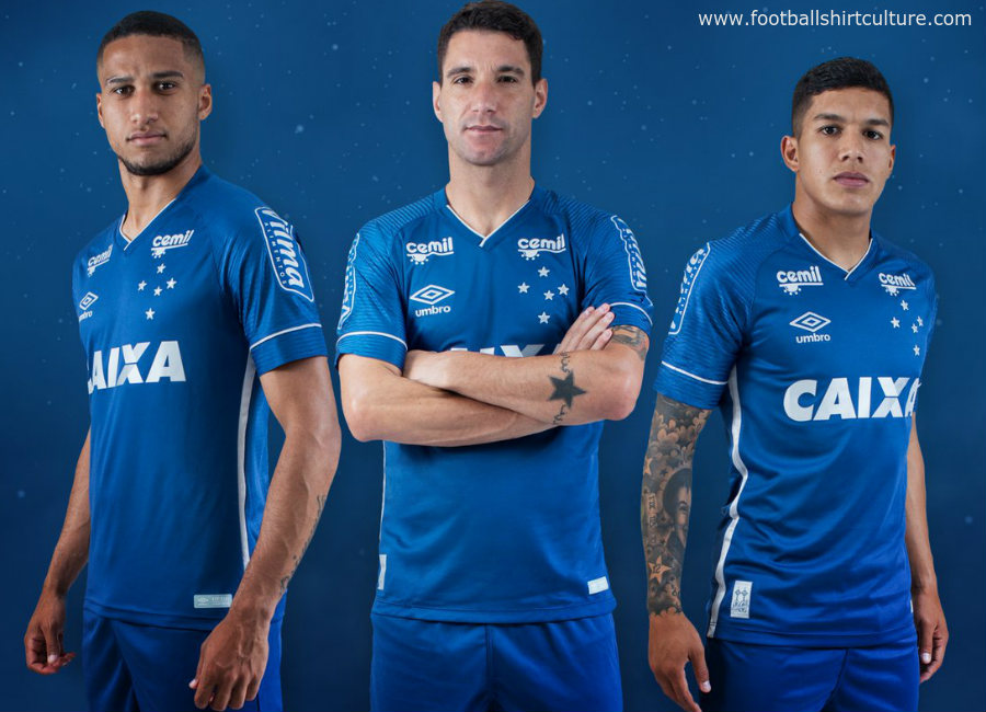 Henrique Dourado (R) of Flamengo struggles for the ball with Rafinha of  Cruzeiro during ce34c39e32a61