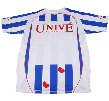 Heerenveen plays in an outfit that resembles the Frisian flag: blue and white vertical stripes with diagonal red 'hearts' that are called 'pompeblêden' in the indigenous language, the name for a certain type of water lily (Nympaea alba).