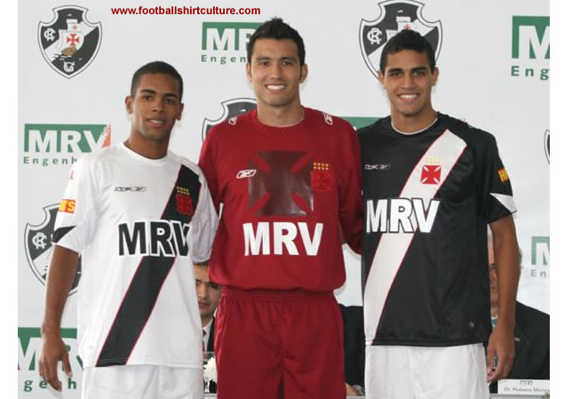 The young players Alan Kardec and Alex Teixeira show the uniforms white/black and black/white, respectively. The goalkeeper-artilheiro Tiago dressed in wine-red and black shirts. Besides that, these two versions will be used as training shirts in a blue colour.